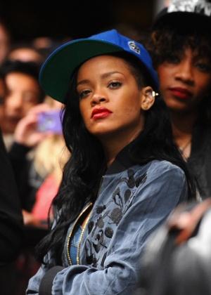 A cantora Rihanna foi vista curtindo o show do DJ David Guetta no Coachella, na cidade de Indio, Califórnia (14/4/12)