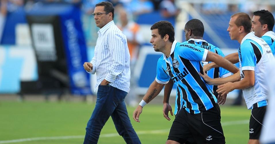 André Lima comemora seu gol com os companheiros e com o técnico Wanderley Luxemburgo, no fundo