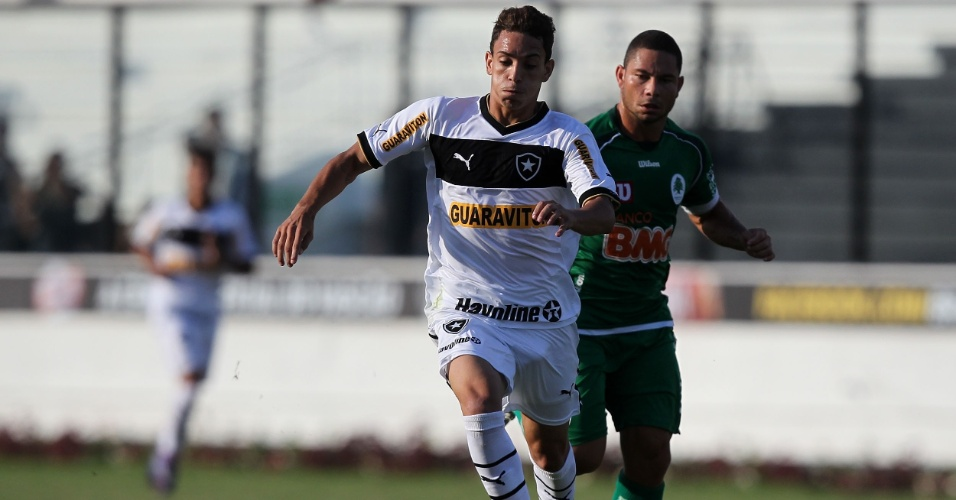 Caio, do Botafogo, tenta vencer a marca&#231;&#227;o do jogador do Boavista