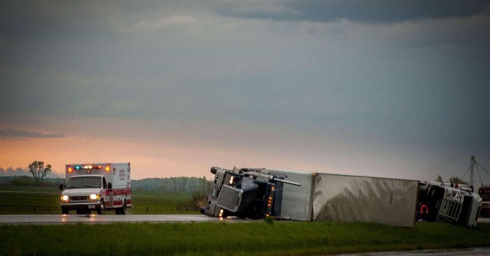 Caminhões viram na estrada na cidade de Thurman, em Iowa, nos EUA, depois que uma série de tornados atingiram vários estados do país neste sábado (14) e domingo (15)