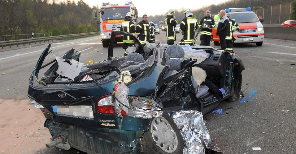 Carro destruído após acidente em rodovia entre Frankfurt e Offenbach, na Alemanha, neste domingo (15)