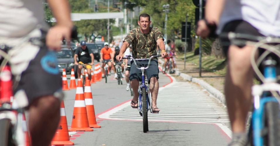 Ciclista aproveita o bom tempo deste domingo (15) em São Paulo para pedalar no novo trecho de ciclofaixa na zona norte da capital. O novo trecho vai da Avenida Luís Dumont Villares até a estação de metrô Parada Inglesa