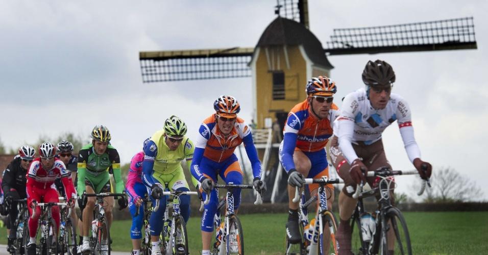 Ciclistas em Maastricht, no sul da Holanda, durante a 47ª edição da Amstel Gold Race neste domingo (15). A corrida de um dia percorre 256 quilômetros