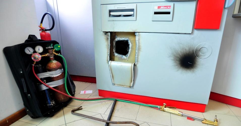 Criminosos atacaram caixas eletrônicos de agência do banco Santander na manhã deste domingo, em frente ao Hospital Universitário, em Florianópolis (Santa Catarina). Foram registradas ao menos quatro ocorrências de ataques a caixas eletrônicos na madrugada de sábado para domingo