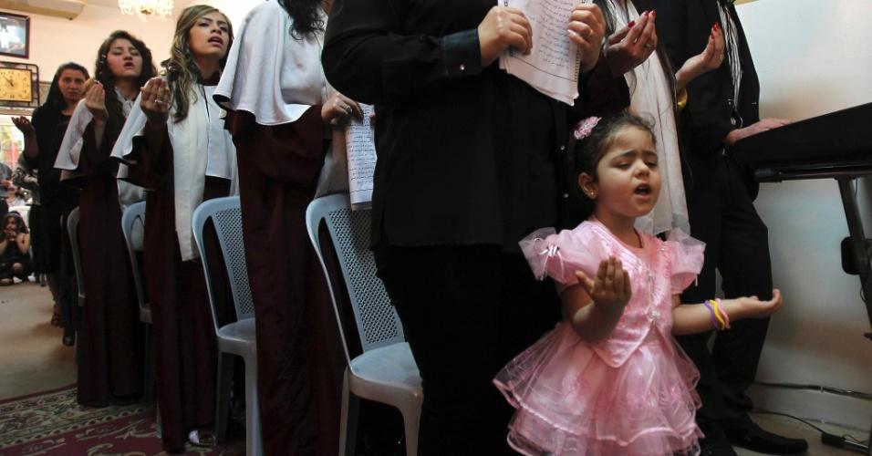 Cristãos iraquianos participam de missa da Páscoa ortodoxa em Amã, na Jordânia. Milhares de cristãos iraquianos fugiram para a vizinha Jordânia após bombardeios a igrejas iraquianas nos últimos anos