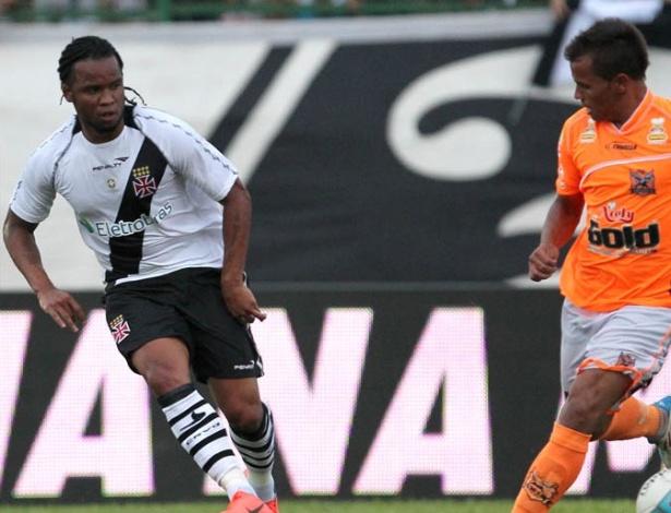 De volta ao Vasco, Carlos Alberto tenta o passe durante jogo contra o Nova Iguaçu