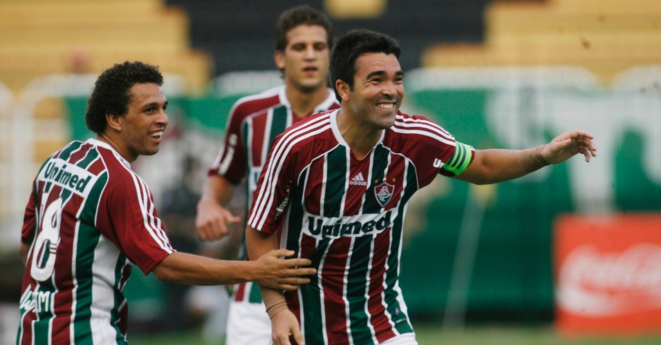 Deco, do Fluminense, comemora ap&#243;s marcar contra o Olaria