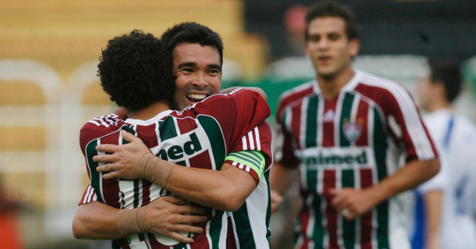 Deco e Wellington Nem, do Fluminense, comemoram o gol do meia contra o Olaria