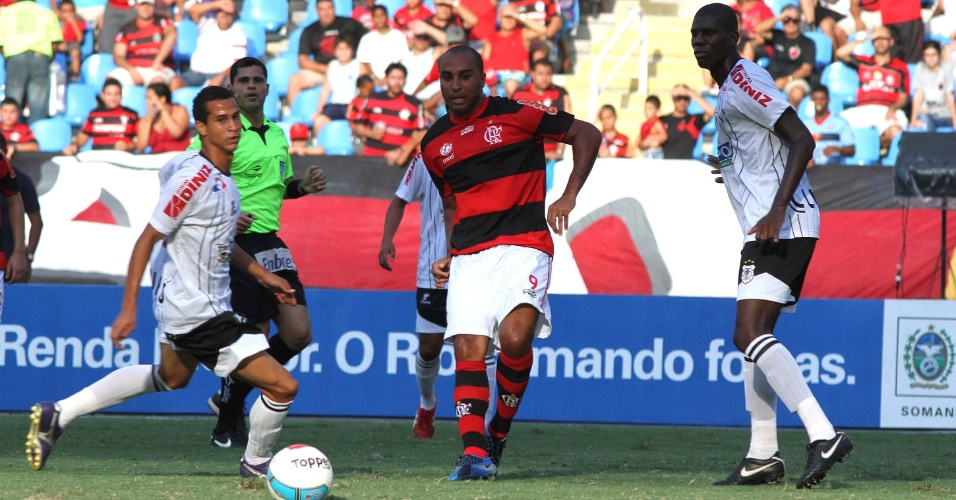 Deivid, do Flamengo, tenta a jogada durante jogo contra o Americano