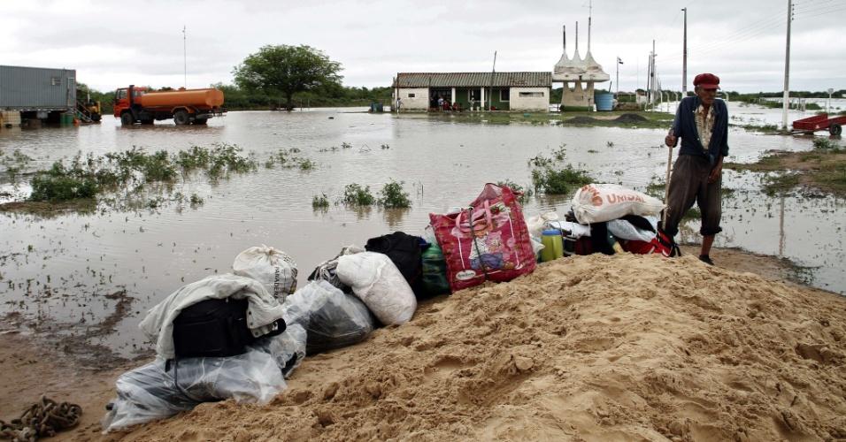 Homem observa pertences perdidos em função de enchentes na área de General Diaz a 475 Km de Assunção, capital do Paraguai