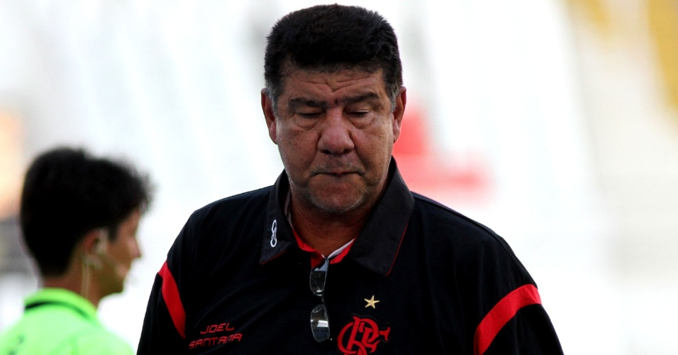 Joel Santana, t&#233;cnico do Flamengo, durante a partida contra o Americana