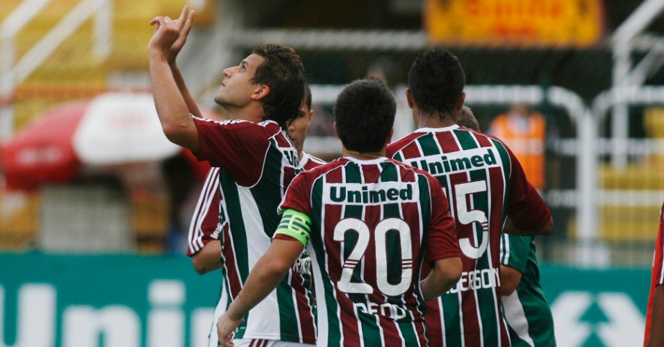 Jogadores do Fluminense comemoram ap&#243;s Rafael Moura deixar sua marca contra o Olaria