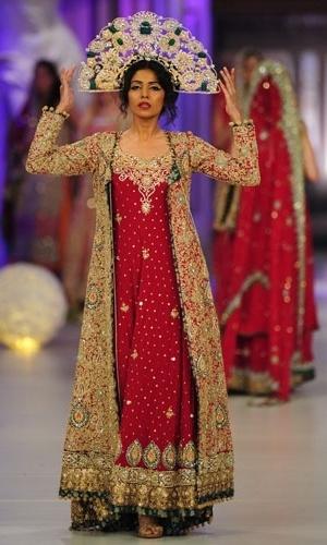 Modelo desfila criação do designer paquistanês Tabassum Mughal na semana de moda Style 360 Bridal Couture, em Karachi (15/04/2012)
