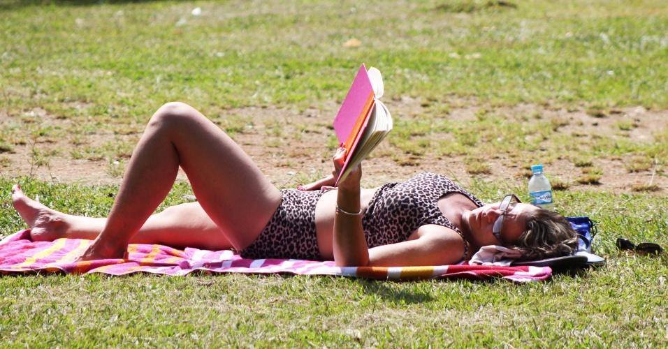 Mulher aproveita o domingo (15) de sol no parque do Ibirapuera, em São Paulo