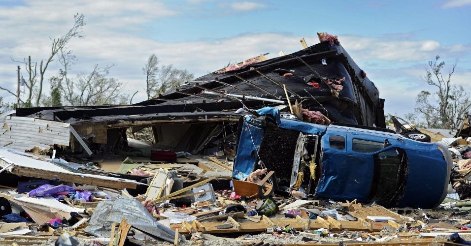 16.abr.2012 - Múltiplos tornados afetaram a região do Kansas, nos Estados Unidos. A imagem mostra uma casa destruída e um carro capotado em função dos fortes ventos