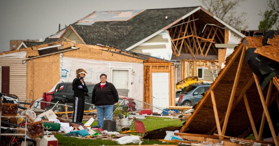 16.abr.2012 - Na foto, moradores de Creston, no Iowa, começam a limpar os estragos após tornado