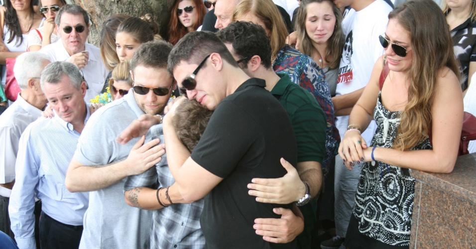 O corpo do estudante  Roberto Laudisio, 21, morto pela polícia de Sydney, na Austrália, foi enterrado no cemitério do Araçá, em São Paulo, neste domingo (15)