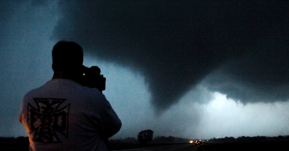 O fotógrafo caçador de tempestades Brad Mack tira fotos do tornado em Kansas, nos EUA