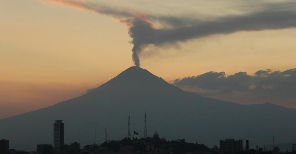 O vulcão Popocatepetl expele cinzas e vapor após entrar em atividade em Puebla, a 100 km a leste da capital mexicana, Cidade do México