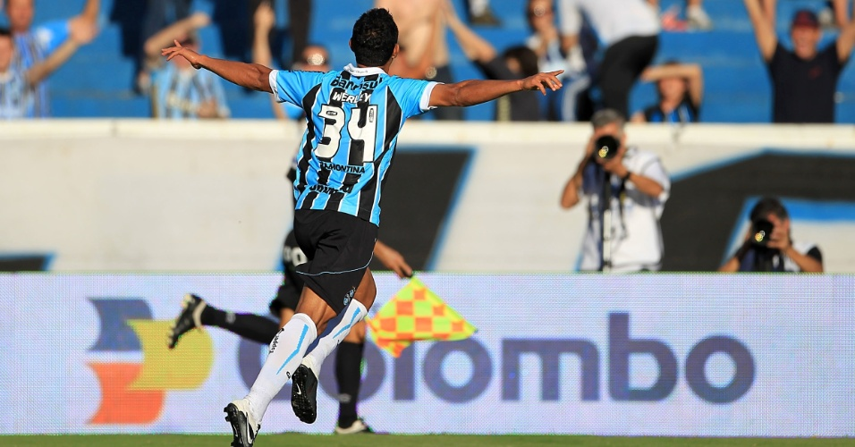 O zagueiro Werley comemora seu gol, o primeiro do Gr&#234;mio no jogo