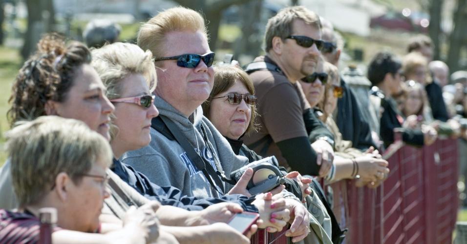 Pessoas observam memorial, realizado no cemitério Fairview Lawn em Halifax (Canadá), que recorda das vítimas do navio Titanic, que afundou há 100 anos