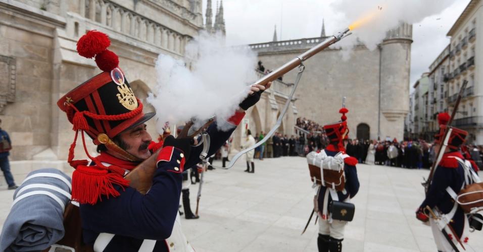 Pessoas participam de encenação histórica do primeiro levante do povo espanhol contra a ocupação pelas tropas de Napoleão Bonaparte, em Burgos, neste domingo (15)