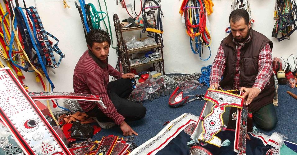 Produtor de selas de cavalo conversa com consumidor em sua loja em Tripoli, na Líbia