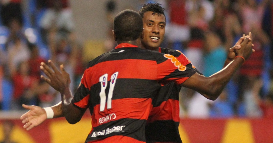 Renato comemora com Kleberson, autor do segundo gol do Flamengo contra o Americano