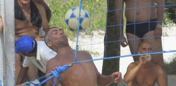 Romario joga futevolei na praia do Pepe, na Barra da Tijuca (RJ) (15/4/12)