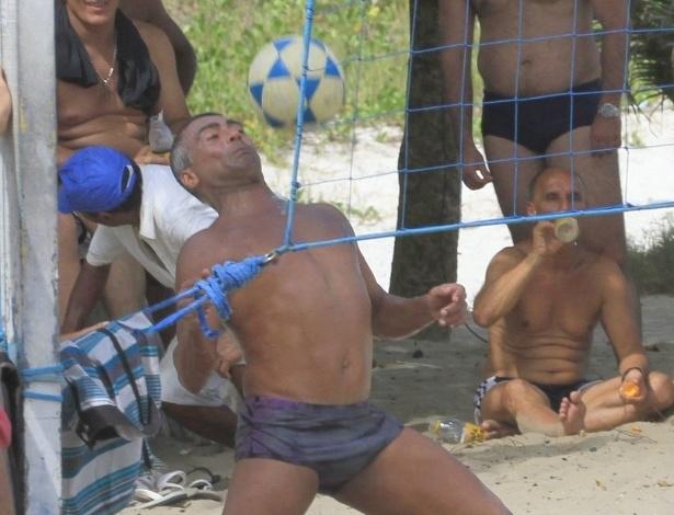 Romario joga futevolei na praia do Pepe, na Barra da Tijuca (RJ) (15/4/12)