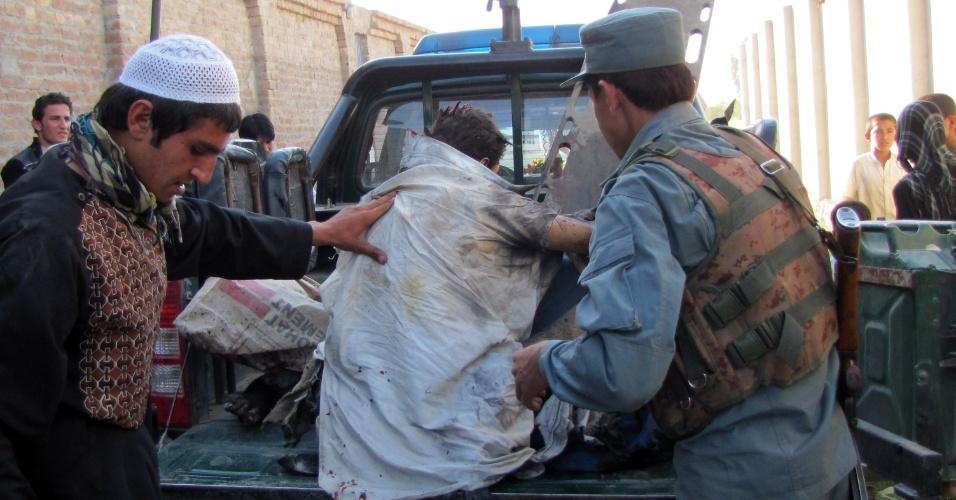 Sobreviventes de ataque a bomba perto de aeroporto sobem em veículo em Jalalabad neste domingo (15). Insurgentes do Taleban lançaram uma série de ataques coordenados no Afeganistão