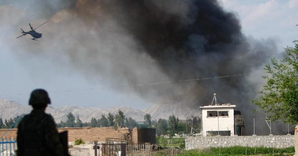 Soldado do Exército Nacional Afegão perto de área vítima de ataque em Jalalabad neste domingo (15).