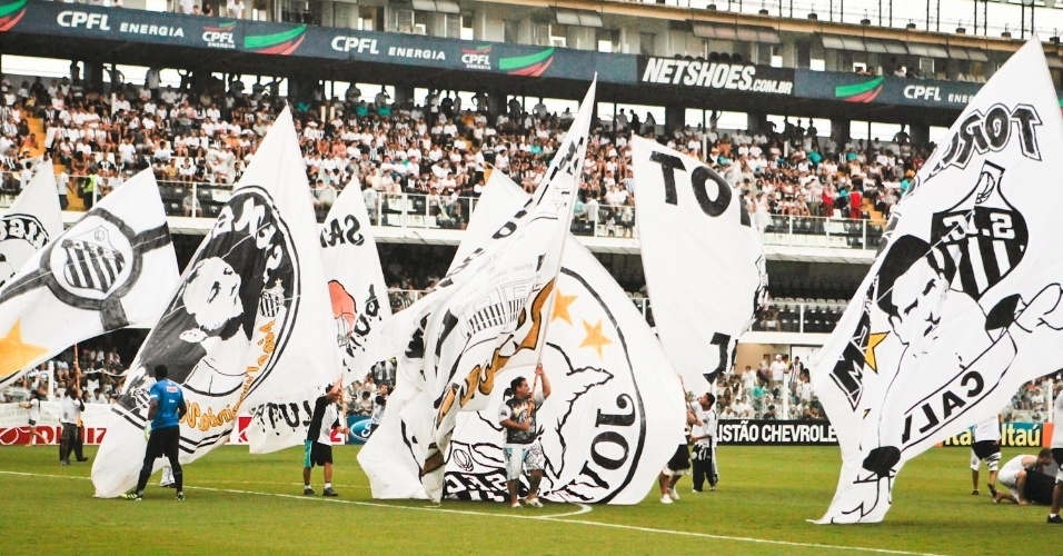 Torcida do Santos faz homenagem ao centen&#225;rio do clube antes da partida contra a Catanduvense