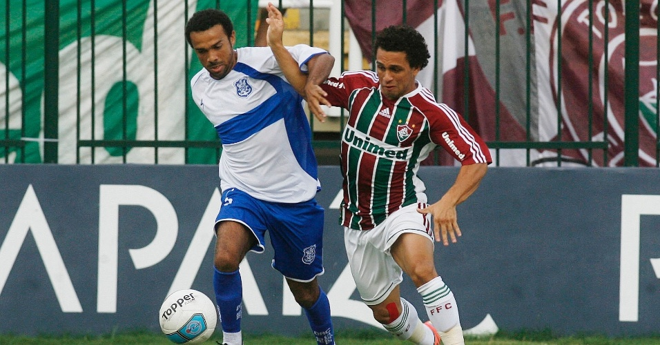 Wellington Nem, do Fluminense, briga pela bola com o jogador do Olaria