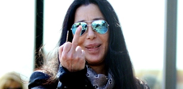 A cantora Cher mostra o dedo médio para fotógrafos enquanto faz compras em Santa Monica, Califórnia (16/4/12)