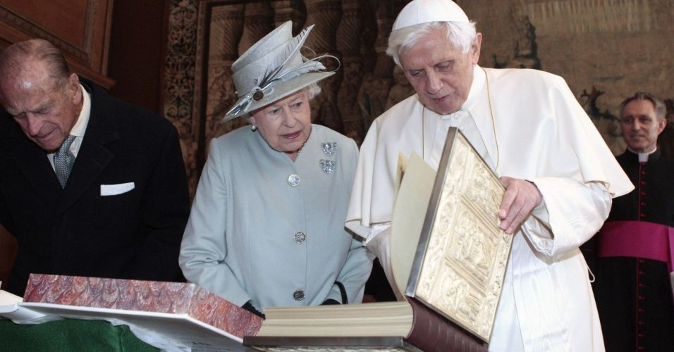A rainha Elizabeth 2ª e o papa Bento 16 trocam presentes no palácio de Holyroodhouse, em Edimburgo, na Escócia