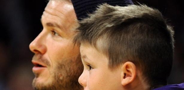 Acompanhado do filho Cruz, o meia David Beckham assistiu ao duelo entre Los Angeles Lakers e Dallas Mavericks