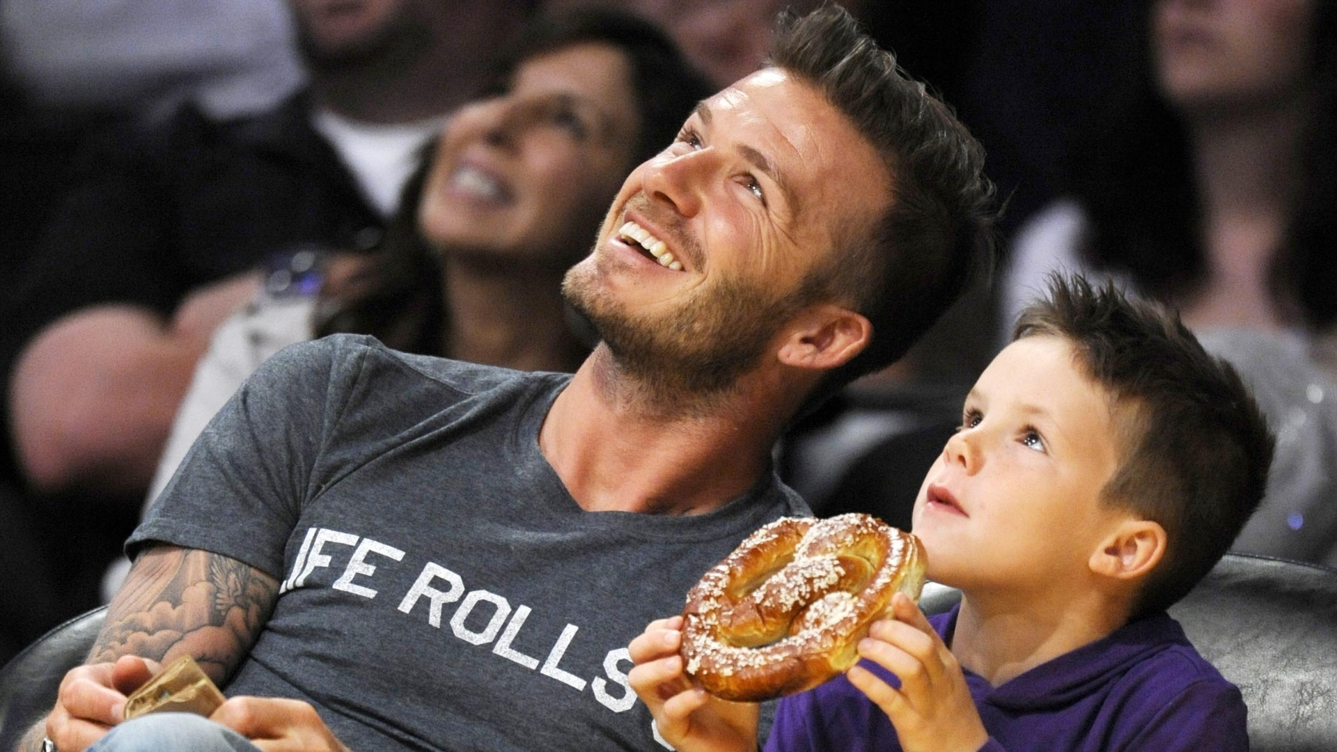 Ao lado do filho Cruz, David Beckham assiste ao jogo do Los Angeles Lakers e Dallas Mavericks em Los Angeles (15/4/12)