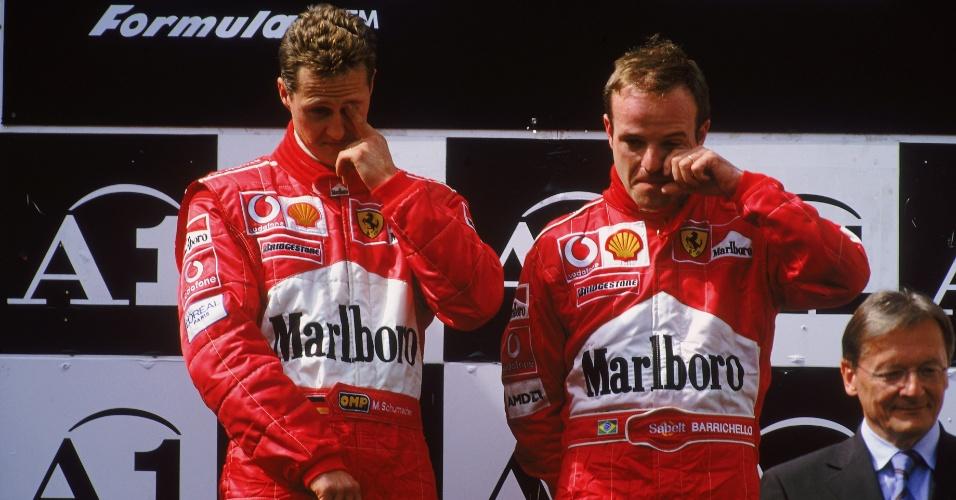 Após deixar Schumacher passar, Barrichello foi empurrado pelo alemão para o primeiro lugar do pódio. Mas o clima de constrangimento prevaleceu na premiação