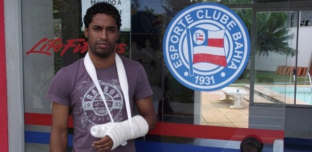 Ávine, lateral esquerdo do Bahia, quebrou o dedo após acidente na piscina do Fazendão