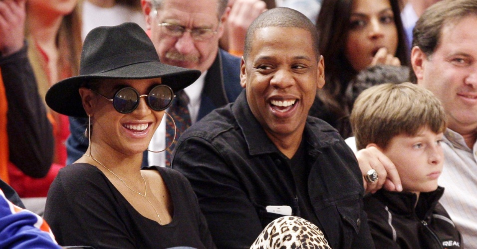 Beyoncé e o marido, Jay-Z, assistem ao jogo do Miami Heat contra o New York Knicks,no Madison Square Garden em Nova York (15/4/12)