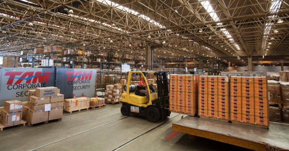 Caixas com mangas para exportação são vistas no terminal de cargas do aeroporto de Cumbica, em São Paulo,