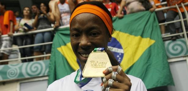 Hooker exibe a medalha de campeã da Superliga após a vitória do Sollys/Nestlé no Rio