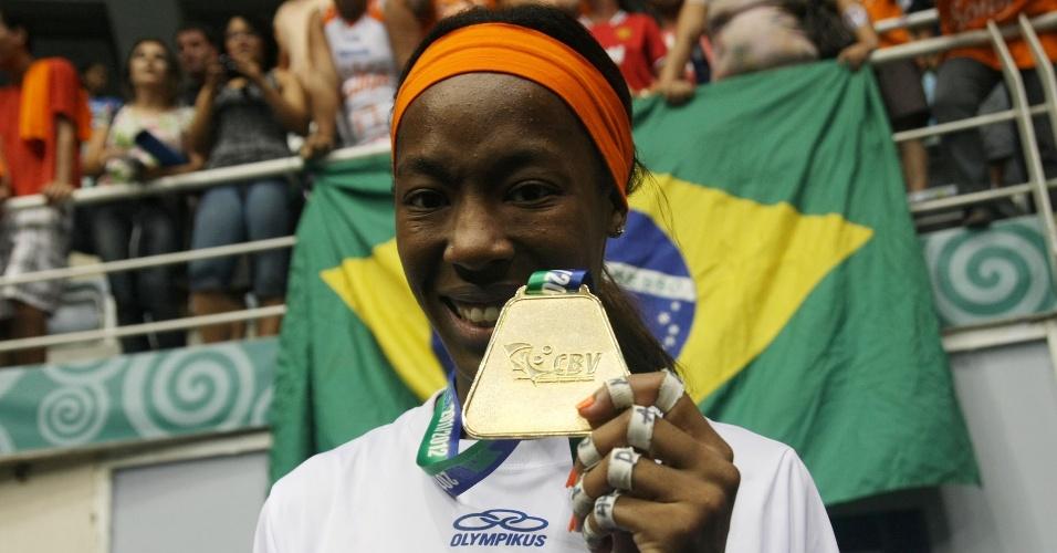 Destinee Hooker exibe a medalha de campeã da Superliga após a vitória do Sollys/Nestlé sobre a Unilever