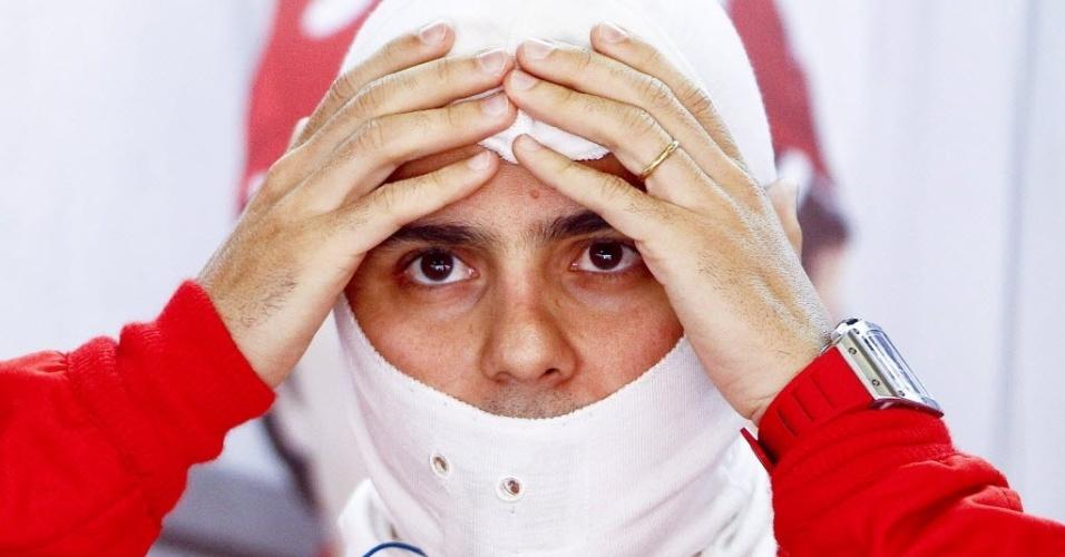Felipe Massa ajusta a balaclava durante treinos livres para o GP da China