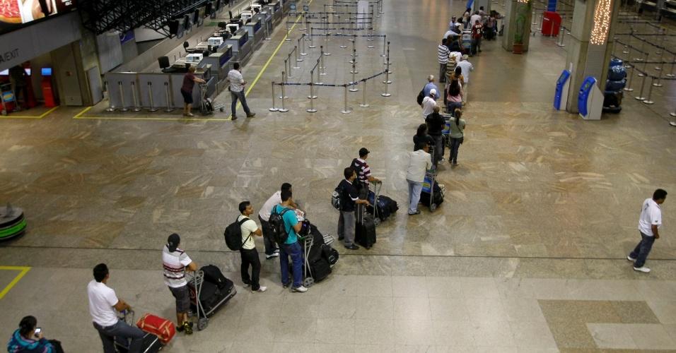 Fila de passageiros no saguão de embarque no aeroporto Internacional de Cumbica, em Guarulhos (SP), em dia de greve dos aeroviários