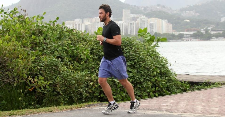 Gabriel Braga Nunes corre pela orla da Lagoa Rodrigo de Freitas, zona sul do Rio (16/4/2012)