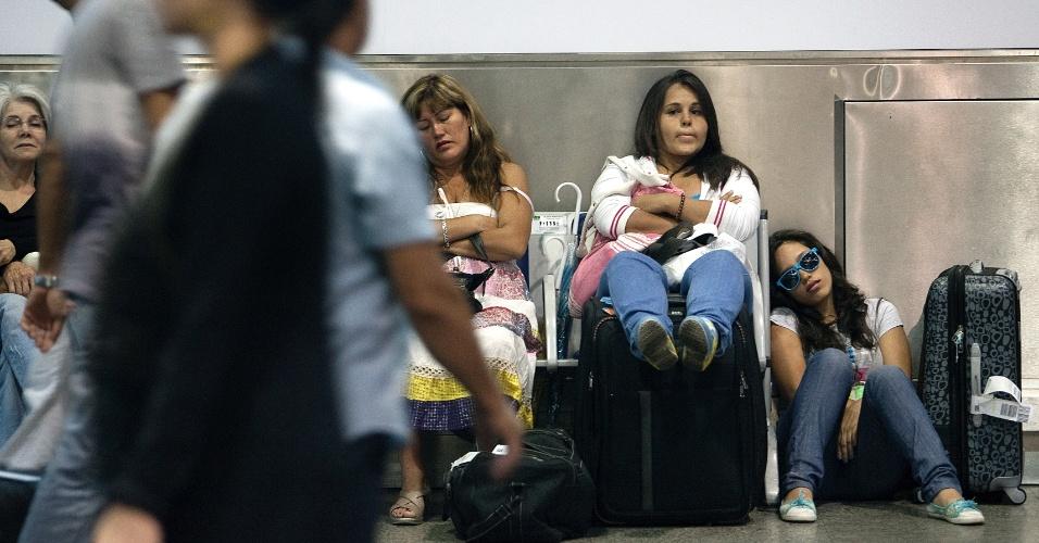 Garotas aguardam voo no sagu]ao da Asa D, no aeroporto de Cumbica, em Guarulhos (SP)