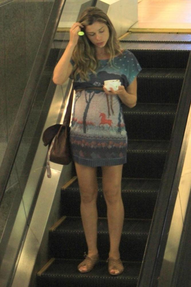 Grazi Massafera usou um camisetão com estampa de unicórnio da Imaginarium para passear o shopping Rio Designer Barra, no Rio de Janeiro (RJ). Ela usou rasteirinha bege nos pés, bolsa carteiro e, para marcar o barrigão, cintinho fino logo abaixo do busto (06/03/2012)