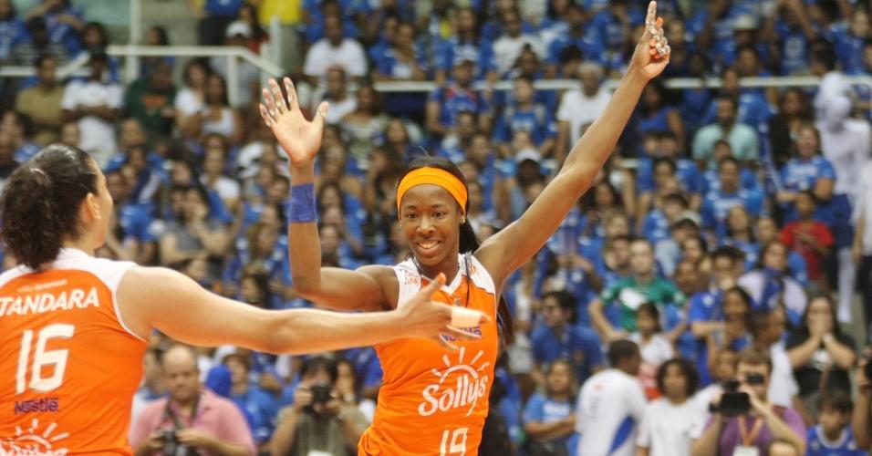 Hooker e Tandara comemoram ponto do Sollys/Nestlá na final da Superliga, sobre a Unilever, no Rio de Janeiro